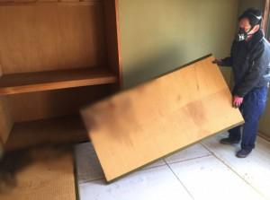 腐敗液の付いた畳の撤去